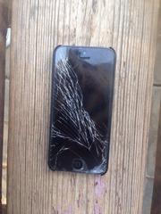 iPhone 5 16Гб, возможен торг, в комплекте зарядка, разбит экран, работает